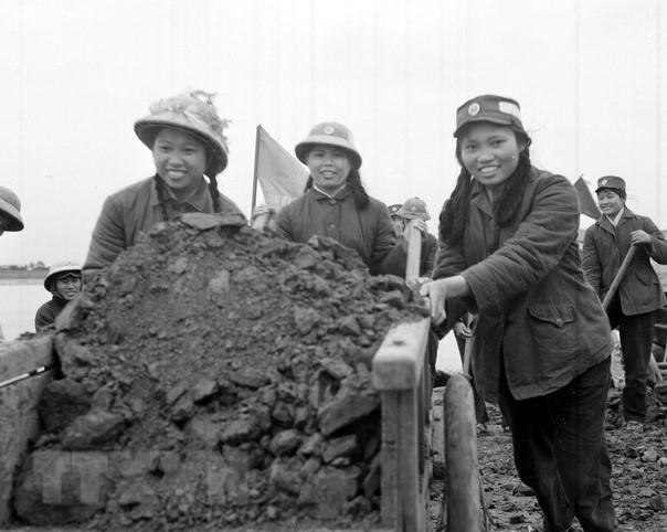 Thanh niên xung phong đơn vị quyết thắng Yên vực (Hoàng Long, Hoằng Hoá, Thanh Hóa) dũng cảm trong sản xuất và chiến đấu, xung phong gương mẫu trong mọi công tác, được công nhận là Đoàn viên 4 tốt, Dân quân 2 giỏi (9/1967).