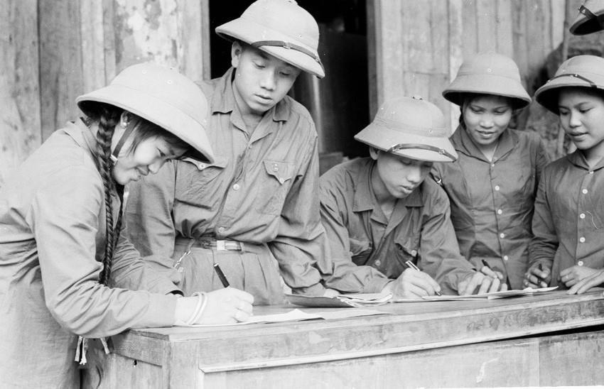 Thanh niên xung phong chống Mỹ, cứu nước Đội 32 ký Quyết tâm thư.