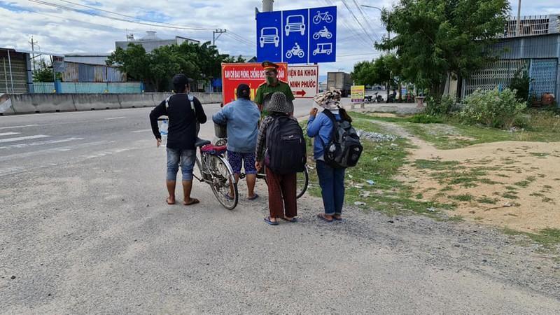 4 người trong gia đình đạp xe qua chốt kiểm soát dịch COVID-19 tại Chung Mỹ, thị trấn Phước Dân huyện Ninh Phước, Ninh Thuận. Ảnh:NGUYỄN HẢI LÝ