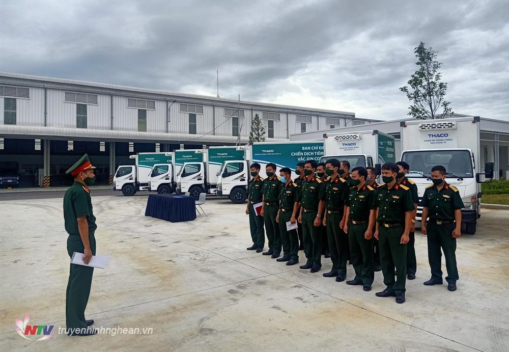 cChỉ huy đơn vị giao nhiệm vụ cho các đồng chí lái xe vận chuyển vắc xin Covid-19 .
