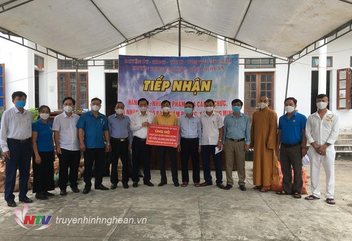 Lãnh đạo huyện Yên Thành trao số tiền hỗ trợ 100 triệu đồng cho 2 huyện Tương Dương và Kỳ Sơn