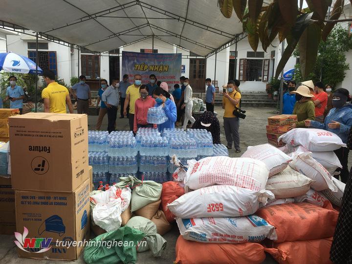 Cán bộ và nhân dân huyện Yên Thành quyên góp nhiều mặt hàng nhu yếu phẩm để phần nào chia sẻ khó khăn với đồng bào các dân tộc và lực lượng tuyến đầu chống dịch ở 2 huyện biên giới rẻo cao