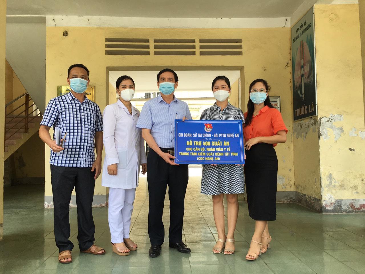 Đại diện 2 Chi đoàn: Sở Tài chính và Đài PT-TH Nghệ An trao 400 suất cơm đến cán bộ, nhân viên y tế CDC Nghệ An.
