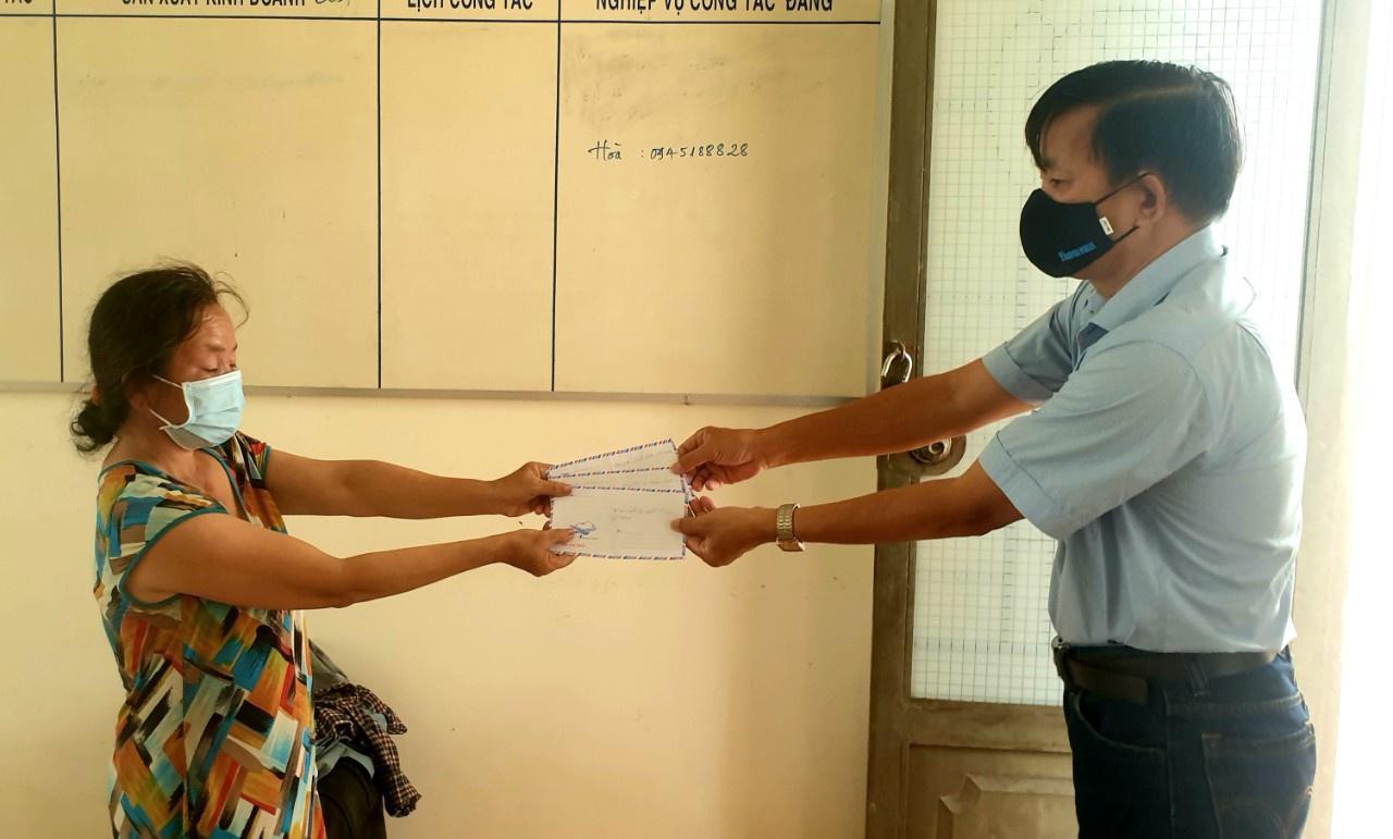 Phóng viên báo Thanh Niên trao số tiền bạn đọc cho gia đình bà Hương