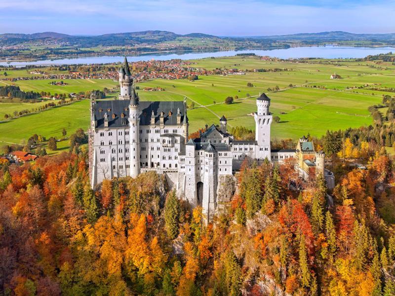 Lâu đài Neuschwanstein, Đức: Vào mùa thu, nơi này trở nên kỳ diệu hơn khi được bao bọc bởi những sắc màu của xứ sở thần tiên.