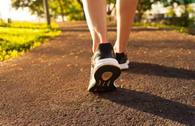 Đi bộ: Nếu không thể tới phòng gym, hãy thử đi bộ 30 phút mỗi ngày. Đi bộ giúp tăng cường trao đổi chất và giúp bạn đốt cháy mỡ thừa hiệu quả hơn.