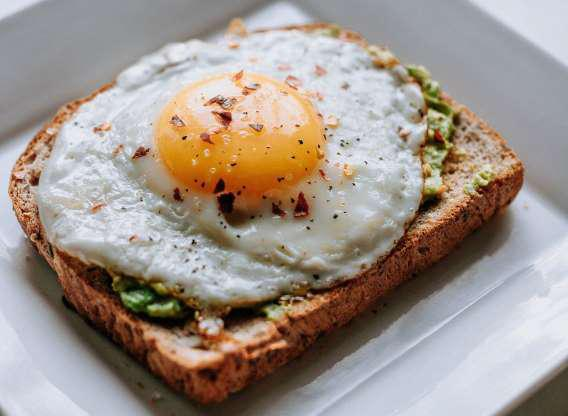 Trứng gà là thực phẩm calo thấp. Một quả trứng to chỉ cung cấp 72 calo.