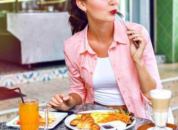 """Trứng là một trong những thực phẩm """"đa năng"""" nhất. Bạn có thể ăn sáng, trưa, tối với trứng và rất dễ dàng thêm vào salad, sandwich hay bất cứ thực đơn giảm cân nào."""
