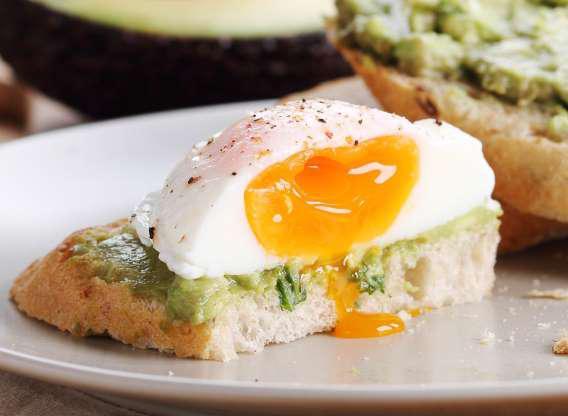 Lòng trắng trứng chứa choline - chất dinh dưỡng thiết yếu cho hoạt động trao đổi chất cũng như hỗ trợ giảm cân. Hoàn toàn không phải ý tưởng tồi nếu bạn đưa món trứng vào thực đơn hàng ngày để duy trì cân nặng lý tưởng.