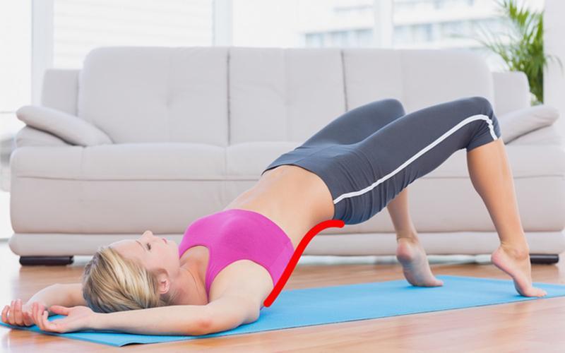 1. Nằm thẳng trên sàn, nhón chân và đẩy hông lên đồng thời siết cơ bụng và giữ thẳng lưng. Thực hiện động tác này khoảng 20 lần và giữ mỗi lần 5 giây.