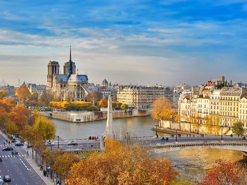 Paris, Pháp: Mùa thu là thời điểm tuyệt vời nhất trong năm để tới thăm Paris vì giá cả rẻ hơn và cảnh sắc đẹp hơn.