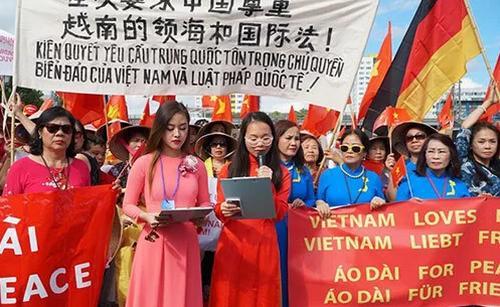 Đại diện hội người Việt tại Đức đọc bức thư phản đối các hành vi xâm phạm chủ quyền Việt Nam trước sứ quán Trung Quốc ở Berlin.