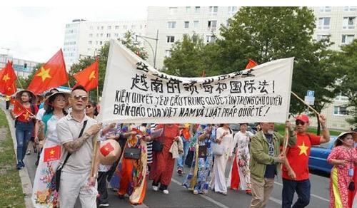 Đoàn tuần hành của hội người Việt tại Đức.