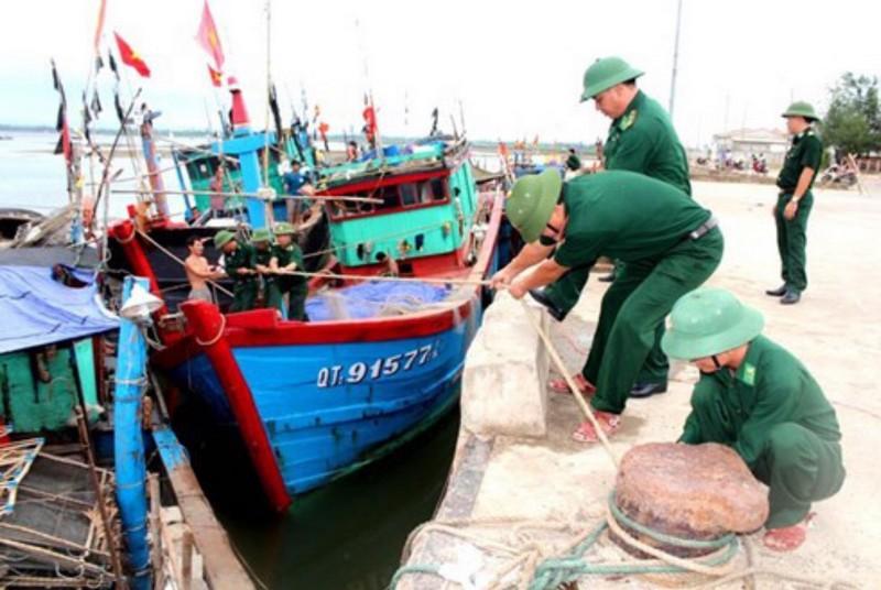 Bộ đội giúp ngư dân neo đậu tàu thuyền tránh bão. Nguồn: internet