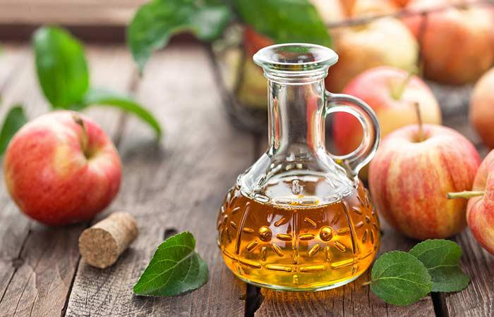 Dấm táo - Hòa 2-3 thìa dấm táo vào 1 cốc nước. Gội đầu bằng loại dầu gội trung tính, sau đó xả tóc của bạn với dung dịch dấm táo này, để vài phút rồi xả sạch với nước lạnh. Bạn có thể sử dụng 3-4 lần/tuần.