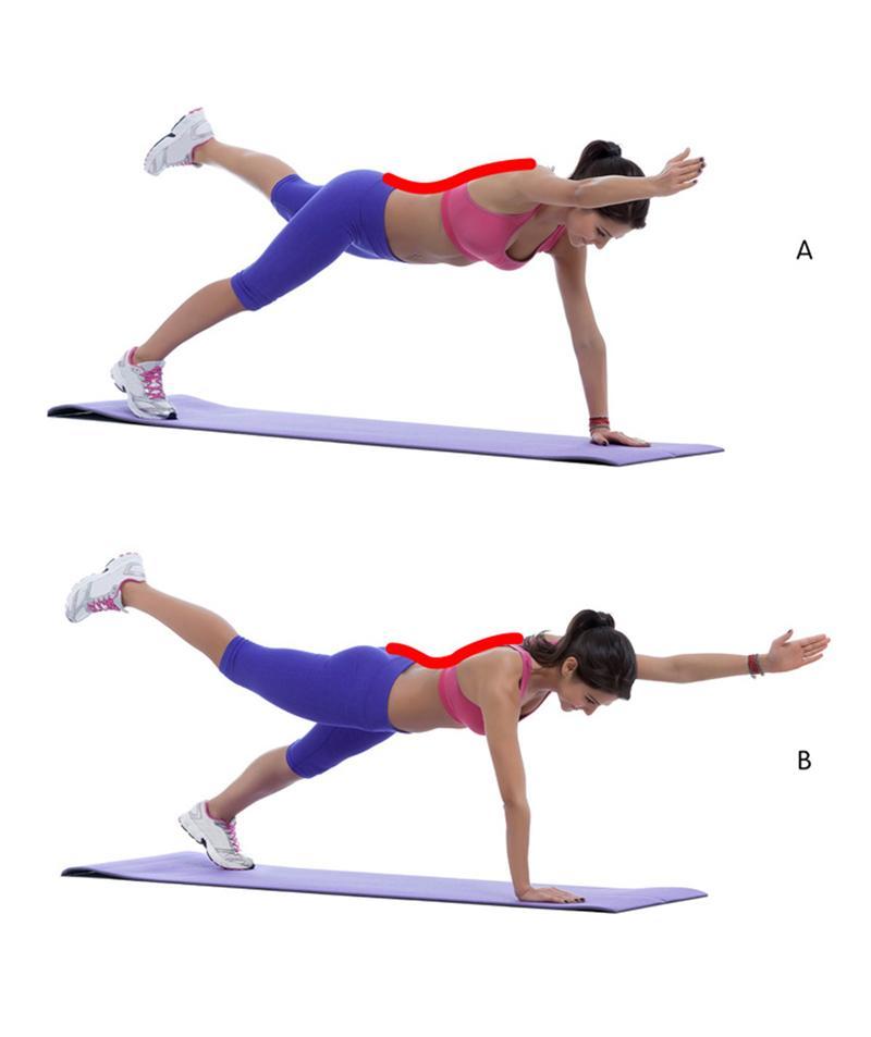 """2. Chống tay trên sàn, sau đó nâng """"tay này chân kia"""". Thực hiện động tác này 15 lần mỗi bên sẽ giúp tăng cường phần lưng dưới."""