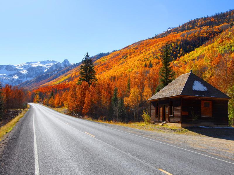 Đường cao tốc Million Dollar, Colorado (Mỹ): Vào mùa thu, tuyến đường như được bao bọc bởi rất nhiều cây dương đỏ, cam, vàng tuyệt đẹp.