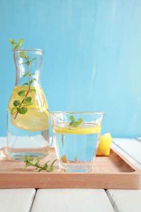 Uống nhiều nước. Nếu bạn uống không đủ nước, cơ thể sẽ giữ nước, và phần bụng có thể nặng thêm tới 1,5 kg.