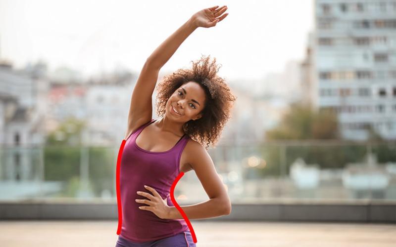 5. Một tay chống vào hông và một tay đưa cao quá đầu và đẩy hông cong sang một bên. Thực hiện mỗi bên từ 5 - 10 lần.