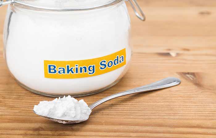 Xoa bột baking soda lên tóc và da đầu, sau đó dùng lược để tán đều baking soda. Bạn cũng có thể trộn 1 thìa baking soda với 3-4 thìa nước và xoa lên tóc ướt, để vài phút rồi xả sạch. Áp dụng công thức này 2 lần/tuần.