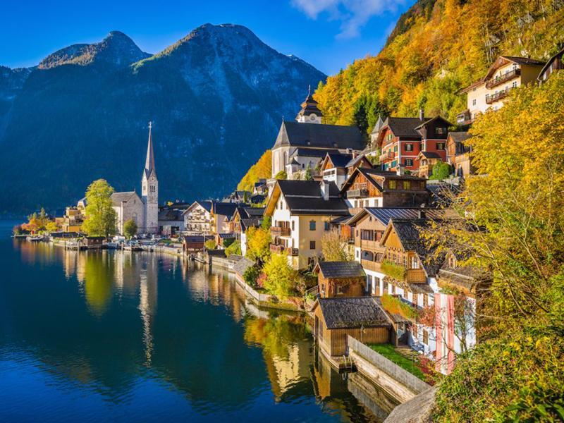 Hallstatter See, Áo: Quang cảnh của dãy núi Alps (Áo) với những hồ nước trong suốt và cảnh sắc tuyệt đẹp của mùa thu thật không có gì sánh bằng.