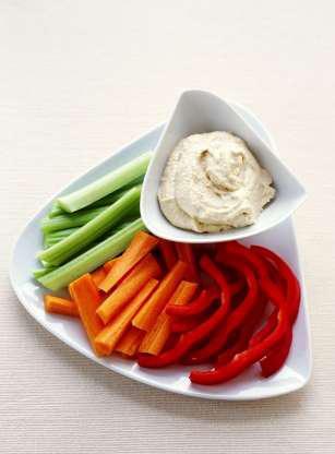Ăn đồ giàu nước: Hoa quả và và rau sẽ khiến bạn nhanh no hơn. Hãy tăng cường các món như súp, salad trong bữa ăn của bạn.