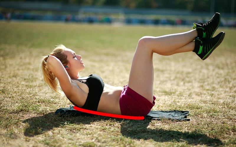 6. Nằm thẳng trên sàn với hai tay để sau gáy, sau đó thực hiện động tác gập bụng sao cho hai chân đưa lên tạo thành góc 90 độ. Giữ tư thế này khoảng 3 giây và lặp lại khoảng 20 lần.