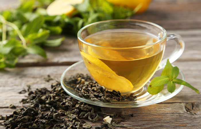 Cho nửa cốc trà xanh vào 1 cốc nước, đun sôi 5 phút rồi tắt bếp. Khi dung dịch nguội, xoa lên tóc và da đầu, để khoảng 30-45 phút rồi xả sạch. Bạn có thể thực hiện 1 lần/tuần.