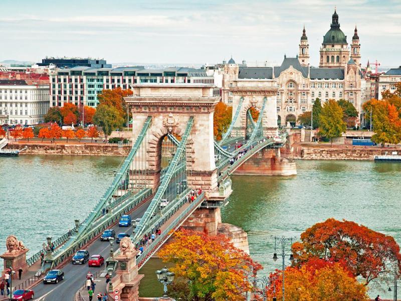 Budapest, Hungary: Du lịch mùa thu đến thành phố Budapest thật sự là một thời điểm hoàn hảo. Không chỉ có cảnh quan tuyệt đẹp, nhiệt độ thành phố còn luôn mát mẻ chỉ với 21 độ C.