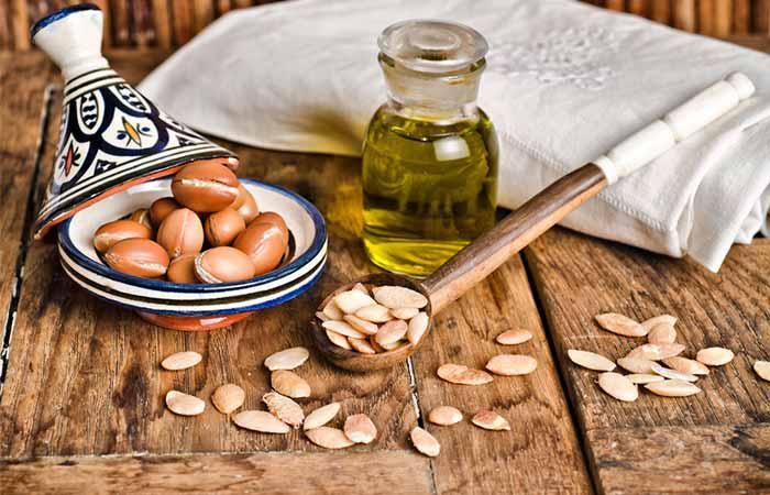 Xoa 1 ít dầu argan tinh chất lên tóc và da đầu, dùng khăn sạch để ủ khoảng 30-60 phút, sau đó gội và xả như bình thường với nước ấm. Bạn có thể thực hiện 1-2 lần/tuần.