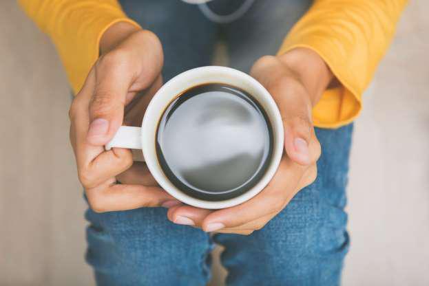 Uống 1 chút cà phê: Caffein trong cà phê là chất lợi tiểu trung tính, giúp bạn loại bỏ nước thừa trong cơ thể, kích thích co bóp ruột và nhanh chóng tống các chất thải khỏi cơ thể. Vòng bụng của bạn nhờ đó có thể giảm bớt được 1-2cm.