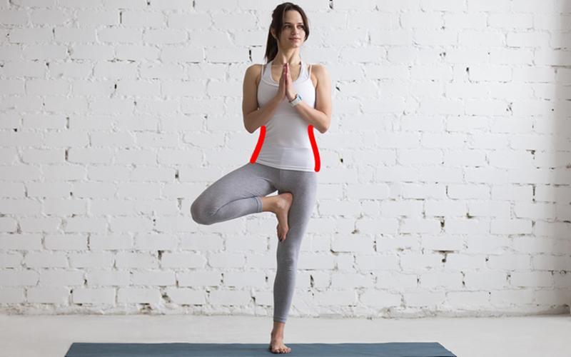 7. Giữ thăng bằng bằng một chân, trong khi chân còn lại chống lên chân thăng bằng. Giữ tư thế này trong khoảng 10 - 20 giây, sau đó đổi chân và thực hiện mỗi bên 5 lần.