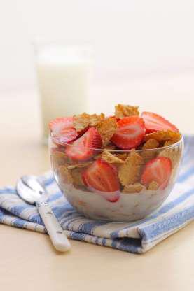 Đầu tư cho bữa sáng lành mạnh. Thêm sữa ít béo vào ngũ cốc buổi sáng sẽ có hiệu quả trong việc đốt cháy mỡ bụng. Chế độ ăn với các thực phẩm giàu can xi cũng rất có hiệu quả. Bên cạnh đó, các khoáng chất có trong các sản phẩm từ sữa sẽ giúp ngăn ngừa đầy hơi do nạp nhiều muối.