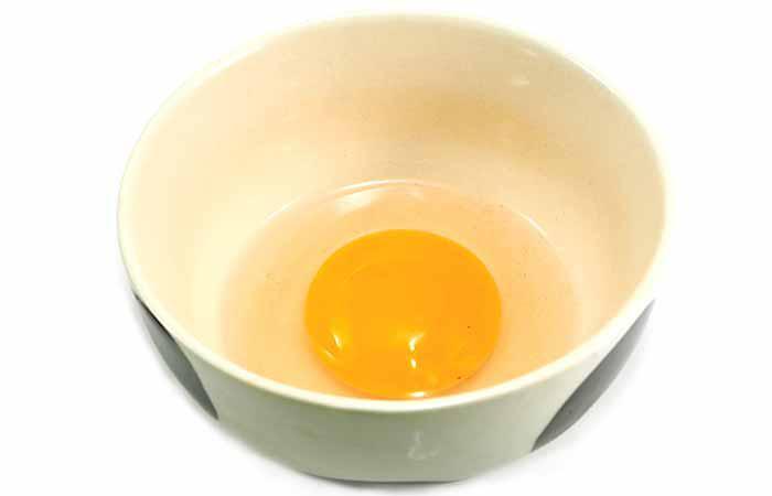 Một lòng trắng trứng gà trộn với 1 thìa nước chanh, xoa lên tóc đã gội sạch và để khoảng 30-40 phút rồi rửa sạch với nước lạnh. Bạn có thể làm 1 lần/tuần.