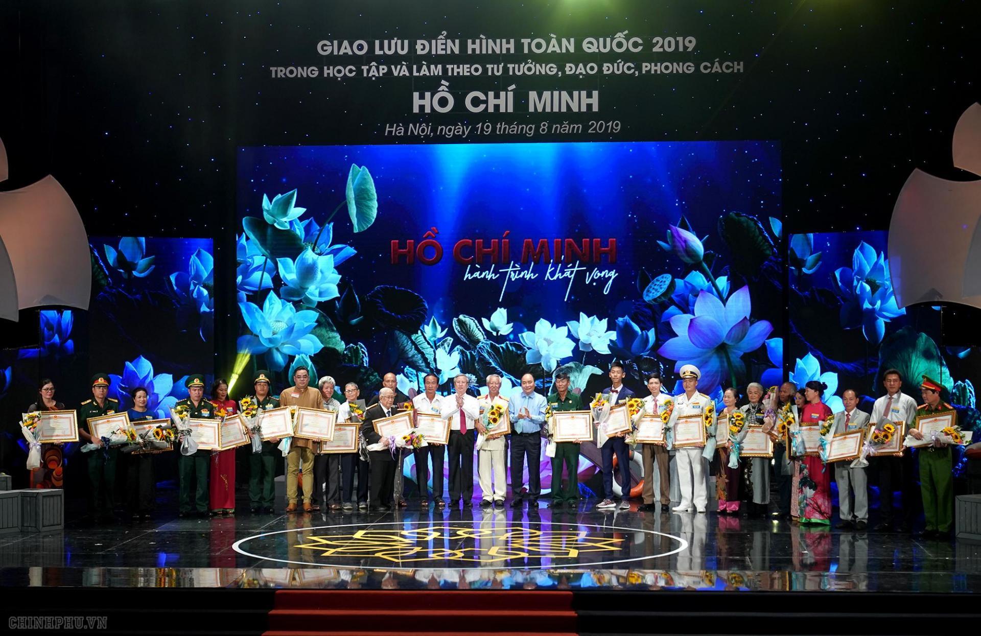 Thủ tướng trao Bằng khen cho các điển hình tiên tiến trong học tập và làm theo tư tưởng, đạo đức, phong cách Chủ tịch Hồ Chí Minh