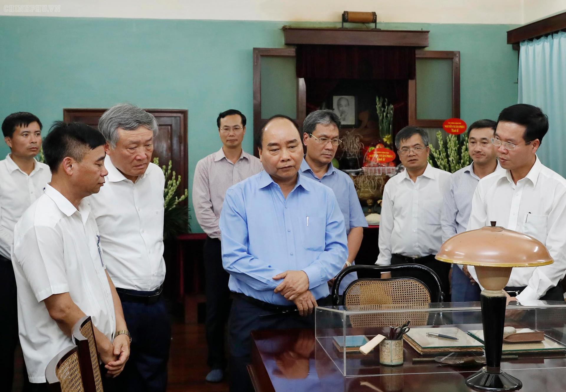 Thủ tướng Nguyễn Xuân Phúc, Trưởng Ban Tuyên giáo Trung ương Võ Văn Thưởng và Chánh án Tòa án nhân dân tối cao Nguyễn Hòa Bình thăm không gian làm việc của Chủ tịch Hồ Chí Minh trong Nhà 67.