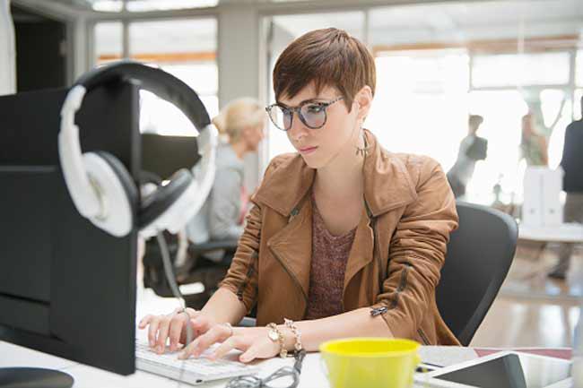 Ở nơi làm việc: Một trong những mẹo tốt nhất dành cho người đeo kính là sử dụng kính chống lóa. Các bề mặt phản sáng như màn hình máy tính có thể gây căng thẳng cực độ cho mắt. Mắt kính của bạn nên có lớp phủ chống lóa để bảo vệ mắt khỏi căng thẳng do chói mắt hoặc lóa mắt.