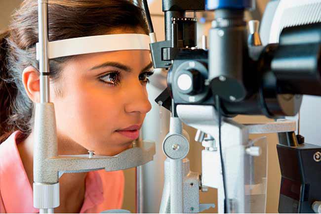 Kiểm tra mắt: Bạn nên đến bác sĩ nhãn khoa để được kiểm tra thị lực ít nhất một lần mỗi năm, kể cả khi bạn không gặp phải vấn đề gì với mắt. Một bài kiểm tra thị lực toàn diện giúp bạn giám sát sức khỏe mắt, duy trì thị lực tối ưu và cập nhật công nghệ hiện đại nhất.
