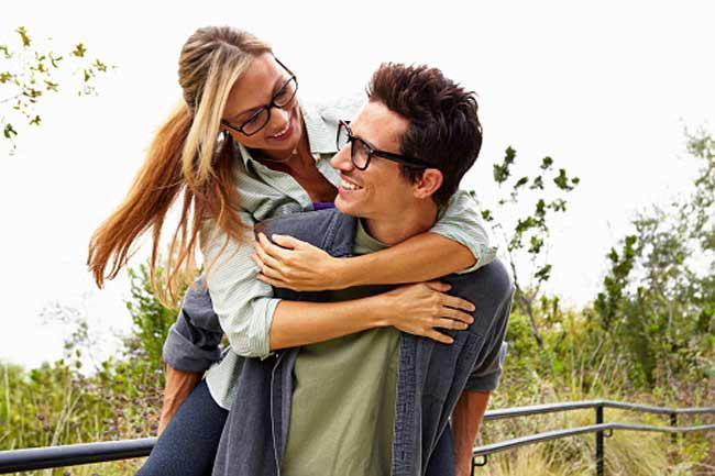 Không dùng chung mắt kính: Đừng bao giờ sử dụng chung kính với người thân hay bạn bè. Dù họ có độ thị lực tương đương với bạn, việc dùng chung kính vẫn là một việc không đảm bảo vệ sinh. Điều này đặc biệt đúng khi người đó bị nhiễm trùng mắt; khi đó, hãy giữ các vật dụng cá nhân của bạn tách biệt, vì khăn mặt, xà bông hay thậm chí cả quần áo cũng có thể lây truyền vi khuẩn.