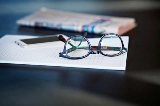 Những điều cần chú ý khi chăm sóc mắt: Hãy đảm bảo rằng kính của bạn vừa vặn và thoải mái - không quá nặng, không quá lỏng hay mất cân bằng. Hãy luôn luôn chọn gọng kính nhẹ và chắc chắn. Bên cạnh đó, đừng dụi mắt bằng tay vì việc này có thể khiến vi khuẩn hoặc virus từ tay xâm nhập vào mắt. Bạn có thể dùng khăn sạch để lau gỉ mắt và nước mắt.