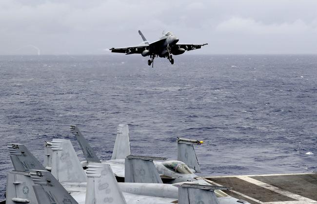 Tàu sân bay USS Ronald Reagan trên Biển Đông.