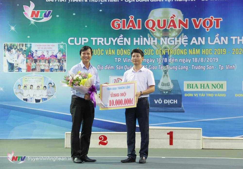 Ông Thái Thanh Nghĩa - Chủ tịch HĐQT Công ty CP Tôn Đại Thiên Lộc trao ủng hộ cho học sinh nghèo miền núi Nghệ An.