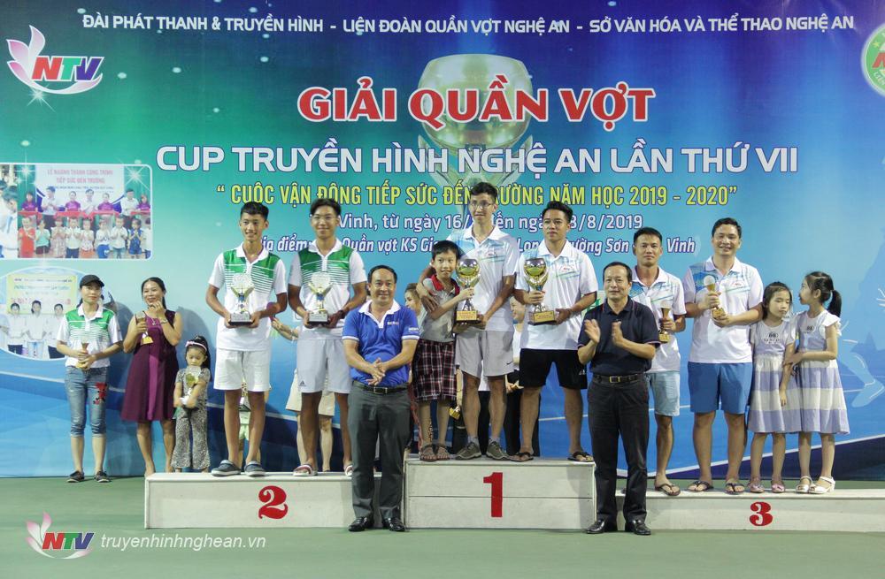 Ông Trần Quang Trung - Phó Tổng Liên đoàn Quần vợt Nghệ An và ông Nguyễn Tiến Phương - Phó GĐ Ngân hàng TMCP Đầu tư và Phát triển Việt Nam (BIDV) - chi nhánh Nghệ An trao Cup cho các cặp VĐV đạt giải nội dung Đôi nam hạng C (3.75).