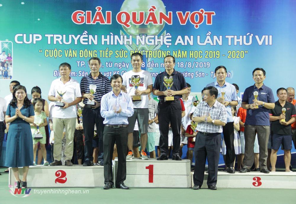 Đ/c Huỳnh Thanh Điền - Nguyên Phó Chủ tịch UBND tỉnh, Chủ tịch Liên đoàn Quần vợt Nghệ An và ông