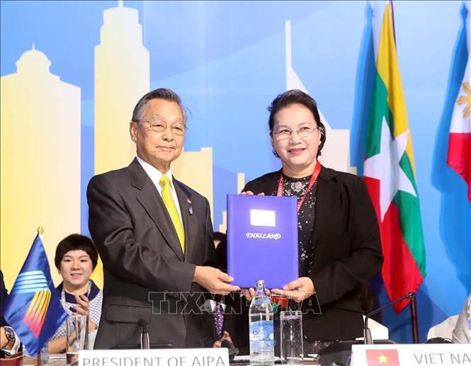 Chủ tịch Quốc hội Nguyễn Thị Kim Ngân tiếp nhận Chủ tịch AIPA 41 từ Thái Lan.
