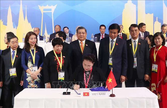 Chủ tịch Quốc hội Nguyễn Thị Kim Ngân ký Tuyên bố chung tại Lễ bế mạc AIPA 40.