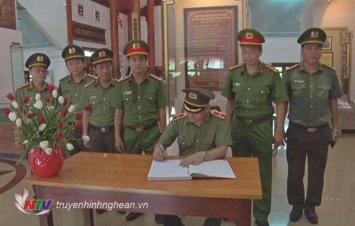 Đại tá Nguyễn Hữu Cầu viết lưu bút tại Khu di tích.