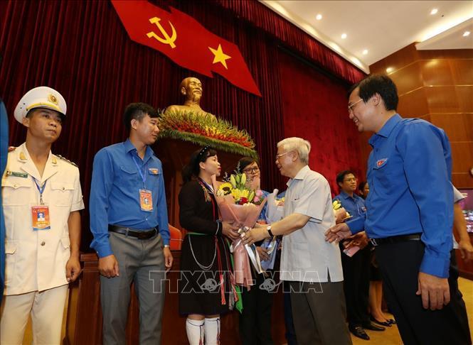 Tổng Bí thư, Chủ tịch nước Nguyễn Phú Trọng tặng hoa các đảng viên trẻ tiêu biểu.