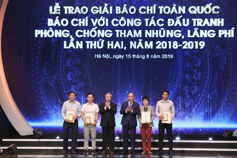 Thủ tướng Nguyễn Xuân Phúc và ông  Trần Quốc Vượng, Ủy viên Bộ Chính trị, Thường trực Ban Bí thư chụp ảnh cùng các tác giả, đại diện nhóm tác giả đoạt giải A.