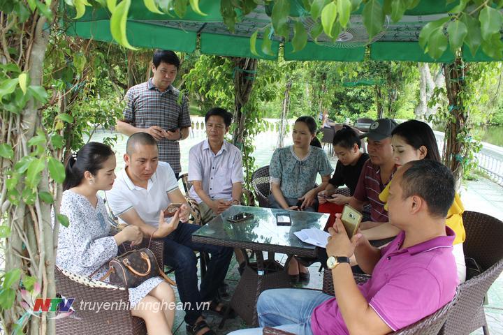 Các BTV, KTV của Đài PT-TH Nghệ An trong ekip điểm cầu Nghệ An quan sát chương trình tại hiện trường.